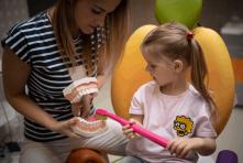 Dentálna hygiena Žilina - vysvetľovanie ako čistiť zuby